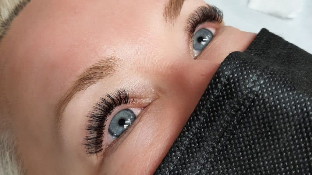 Eyelash extensions properly applied that will not damage natural lashes