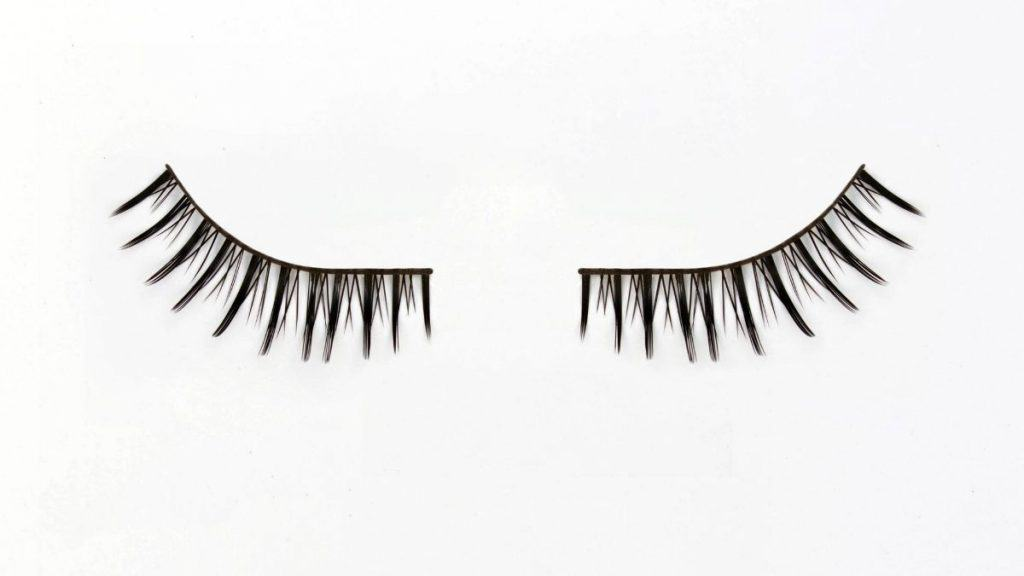 A pair of magnetic lashes